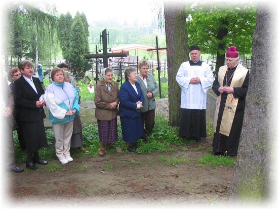 Modlitwa z wiernymi na cmentarzu
